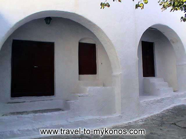 MONI TOURLIANIS - Admire the simplicity that characterize the Cycladic architecture style