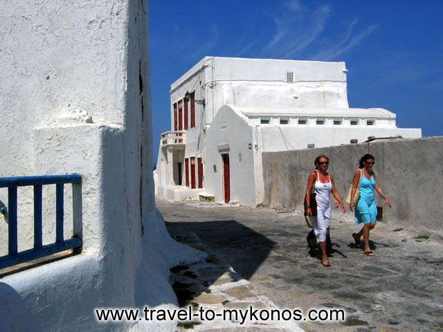 GIRLS WALKING - Two girls walking in Mykonos Chora